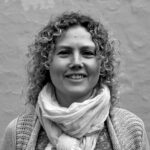 Celinah Malue Jakobsen: Psykomotorisk terapeut og underviser i yoga. Jeg finder det dybt meningsfuldt at arbejde med min egen og andres indre udviklingsrejse. Særligt i forhold til hvordan kontakten med kroppen kan bruges i dette arbejde. Derudover har jeg det bedst når jeg er under åben himmel og tilbringer meget tid i naturen, som jeg nærer en stor kærlighed til. Indendørs dyrker jeg yoga og mindfulness og danser barfodsdans i selskab med andre passionerede dansere.